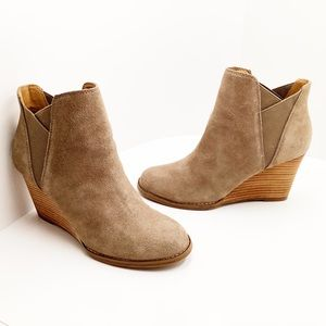 {Lucky Brand} Youse Wedge Chelsea Boot